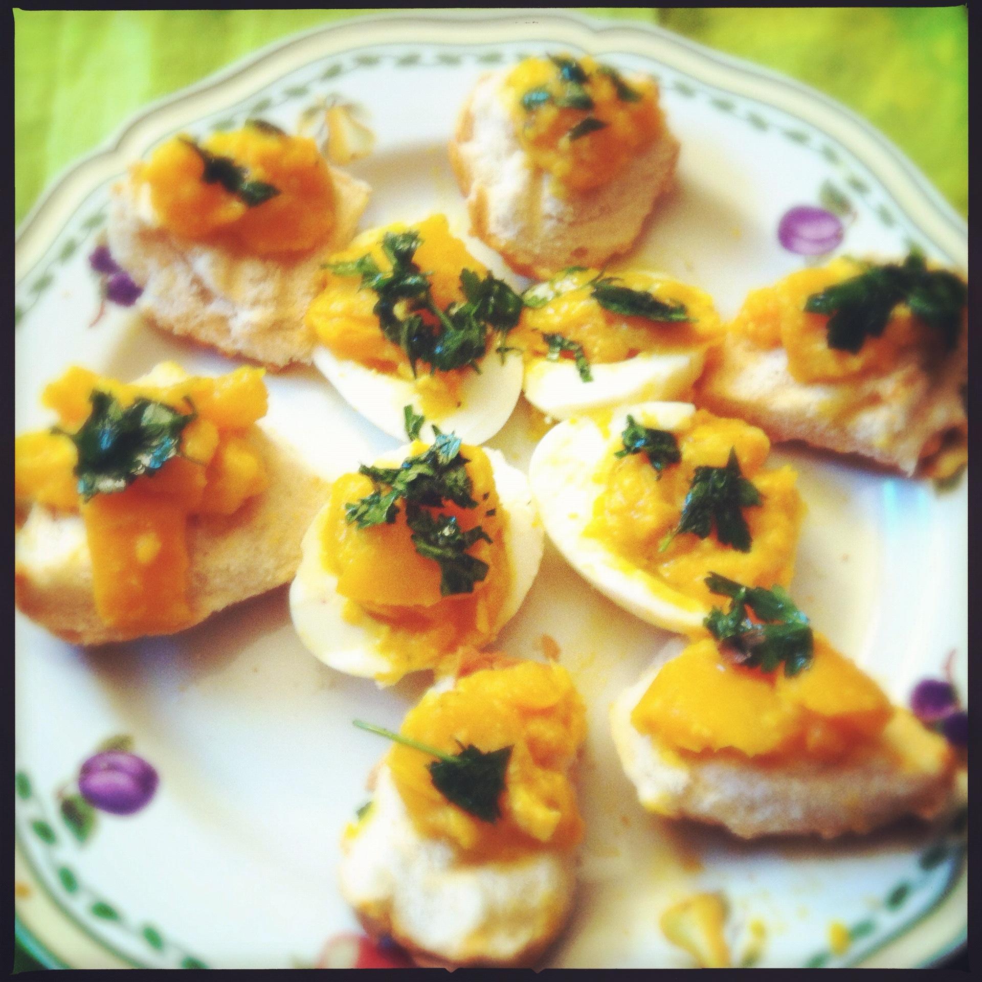 Uova sode ripiene di peperoni con crostini dieta con gusto for Cucinare 2 uova