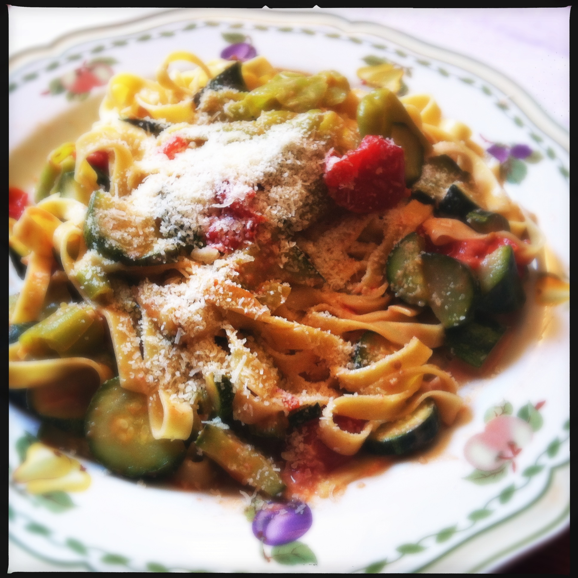 Lasagnette con zucchine pomodorini friggitelli e panna for Cucinare friggitelli